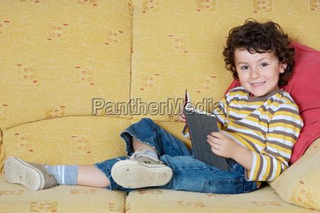 adorabile ragazzo lettura