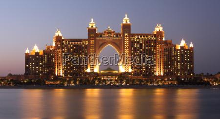 atlantis hotel illuminato di notte palm
