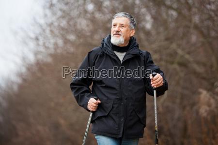 uomo anziano nordic walking