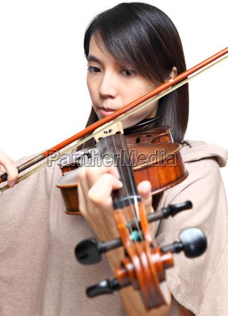 giovane donna suonare il violino