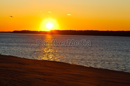 beatiful sunset sul fiume volga a