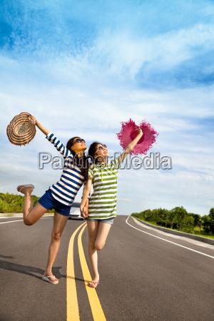 due ragazze divertirsi durante il viaggio