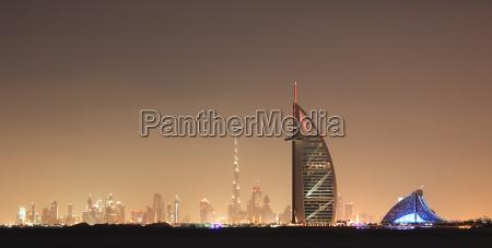 dubai skyline di notte emirati arabi
