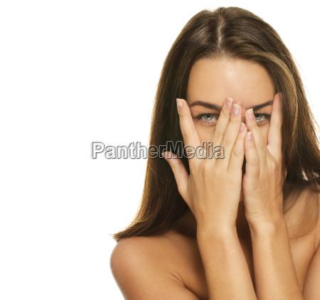 bella donna copri il volto con