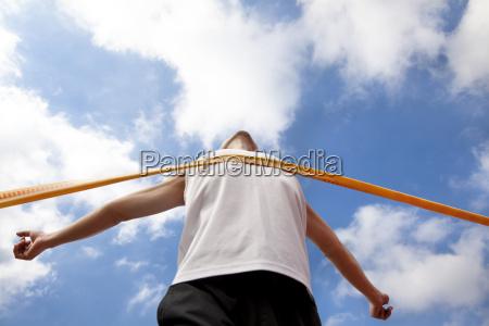 corridore vincente con sfondo nuvola