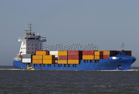 nave porta container con la barca
