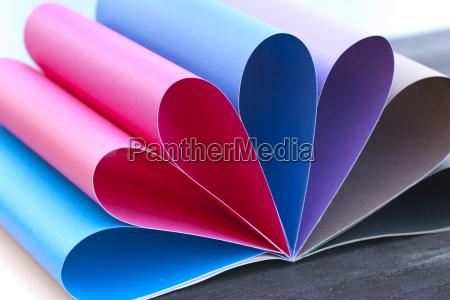 arcobaleno di carta colorata