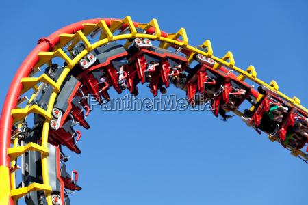 rollercoaster su sfondo blu