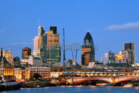 london skyscrapers al crepuscolo