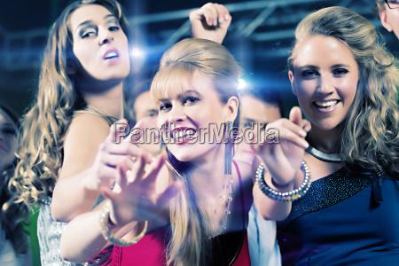 le persone danzano in club o