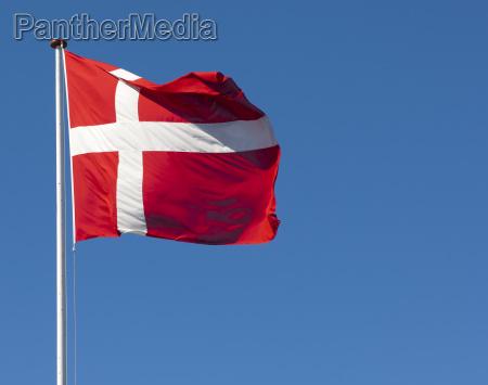 la bandiera danese dannebrog contro un