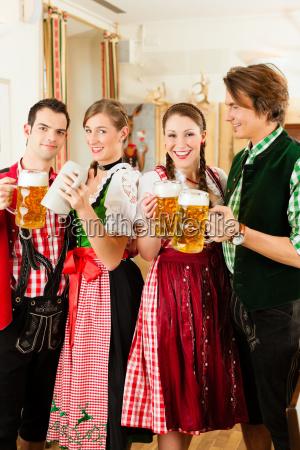 giovani in costume bavarese in economia