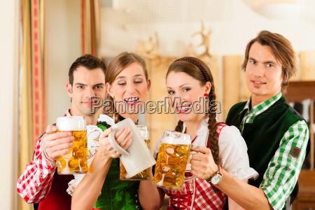 i giovani in costume bavarese in