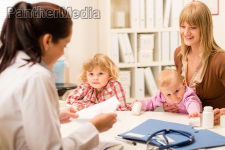 madre con figli presso lufficio pediatra
