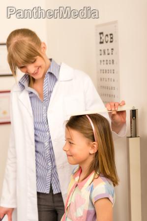 pediatra misura altezza della bambina
