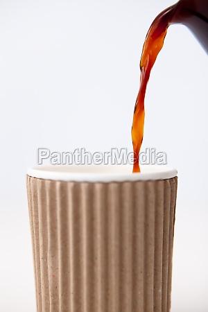 bicchiere di carta riempito di caffe