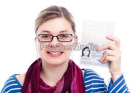 felice turista viaggiatore donna con passaporto