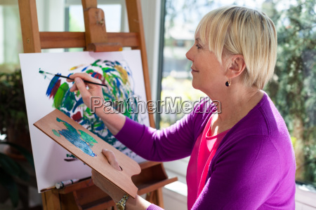 felice anziano pittura donna per divertirsi