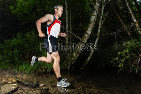 jogger attraversa letto torrente