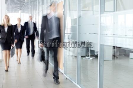 uomini daffari in corridoio