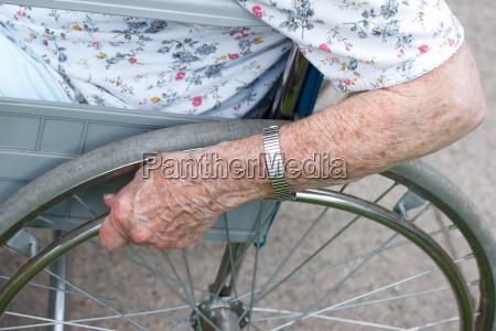 la mano di senior sulla ruota