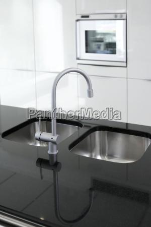 rubinetto della cucina e forno moderno