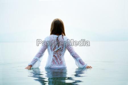 femmina in acqua