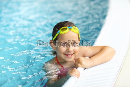 ragazza con occhiali in piscina