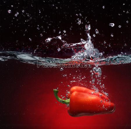 pepe rosso che cade nellacqua fondo
