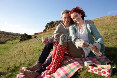 coppie sul picnic paese