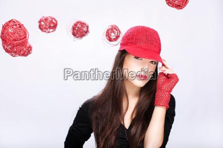 donna con il cappello rosso tra