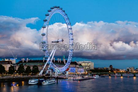london eye e nuvola enorme su