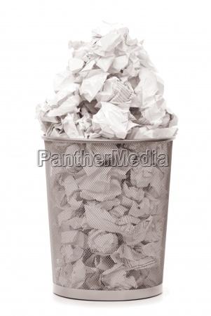 bidone della spazzatura con scarti di