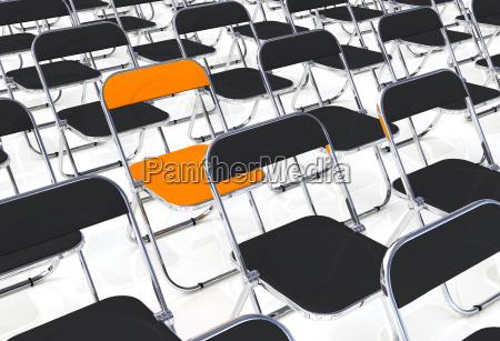 una sedia pieghevole in mezzo alla