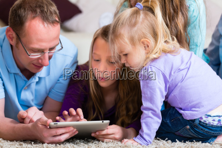 la famiglia gioca con il tablet