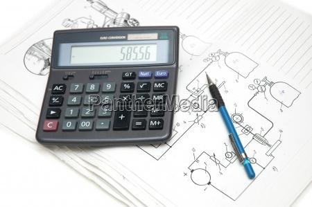 calcolatrice e matita sopra i disegni