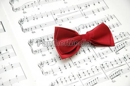 farfallino sul foglio di musica stampata
