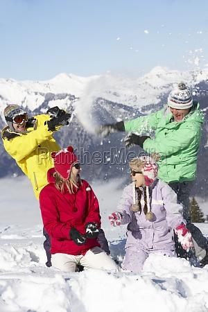 adolescente famiglia avendo neve lotta in
