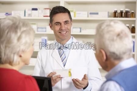 farmacista americano con coppia senior nel