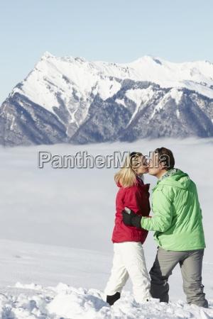 coppia ammirando mountain view mentre sulla