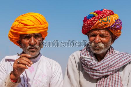 due vecchio indiano con turbante colorato