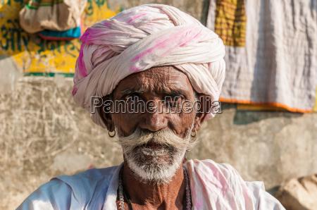 un vecchio uomo seduto indiano con