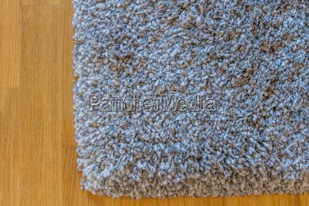 moquette grigia sui pavimenti di parquet