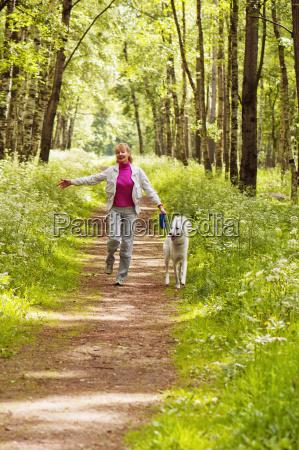 la donna cammina con un cane