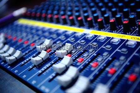 controlli della console di mixaggio audio