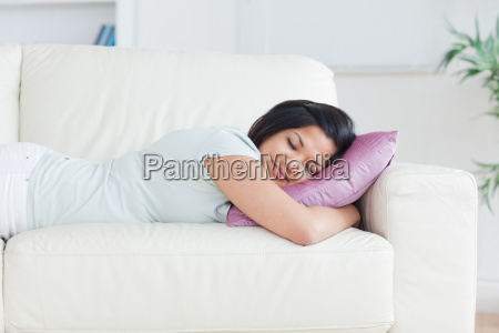donna che dorme su un divano