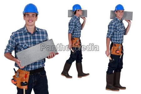 operaio che trasporta blocco brezza
