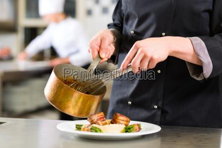 cuoco cuoco in un ristorante o