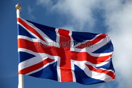 bandiera britannica che ondeggia nel vento