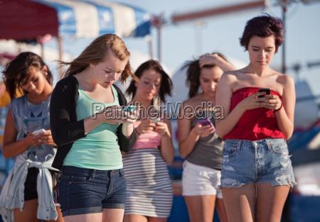 signorine usando i loro telefoni